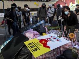 香港警方清场旺角 气氛紧张