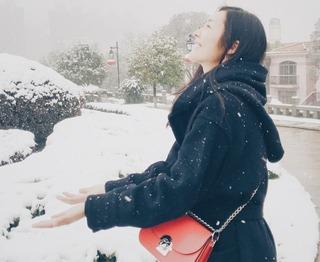 国民大表姐刘雯雪中漫步