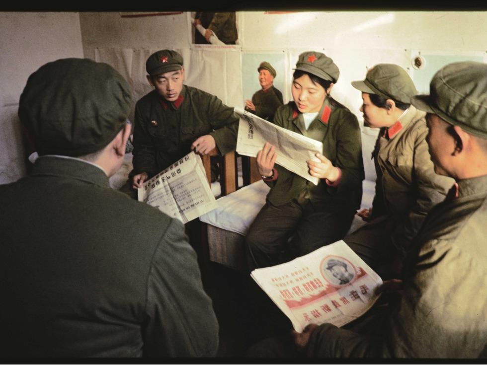 军营中集体看报学习。