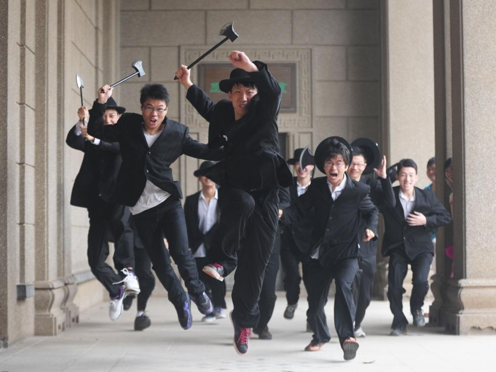 2012年6月5日,武汉武昌某高校毕业生拍摄斧头帮版毕业照。(图源:VCG)