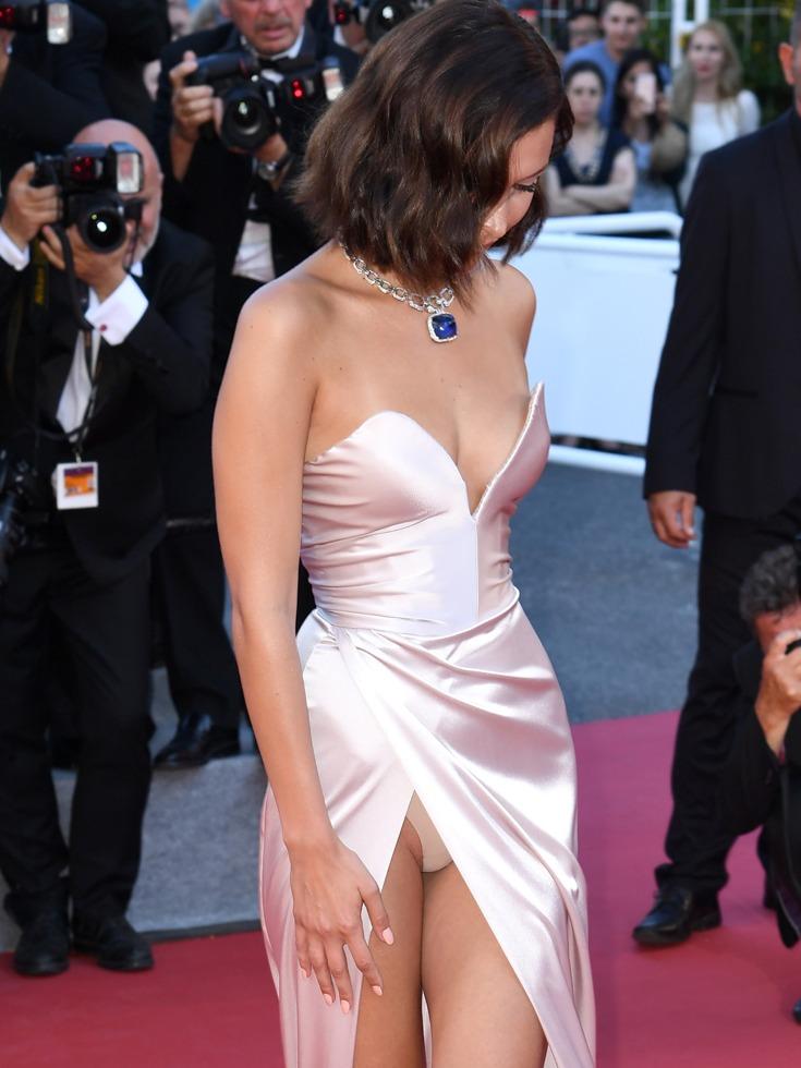 贝拉·哈迪德的高开叉礼服裙不时露出里面的贴身内裤,让场内外的记者为之疯狂。(图源:VCG)