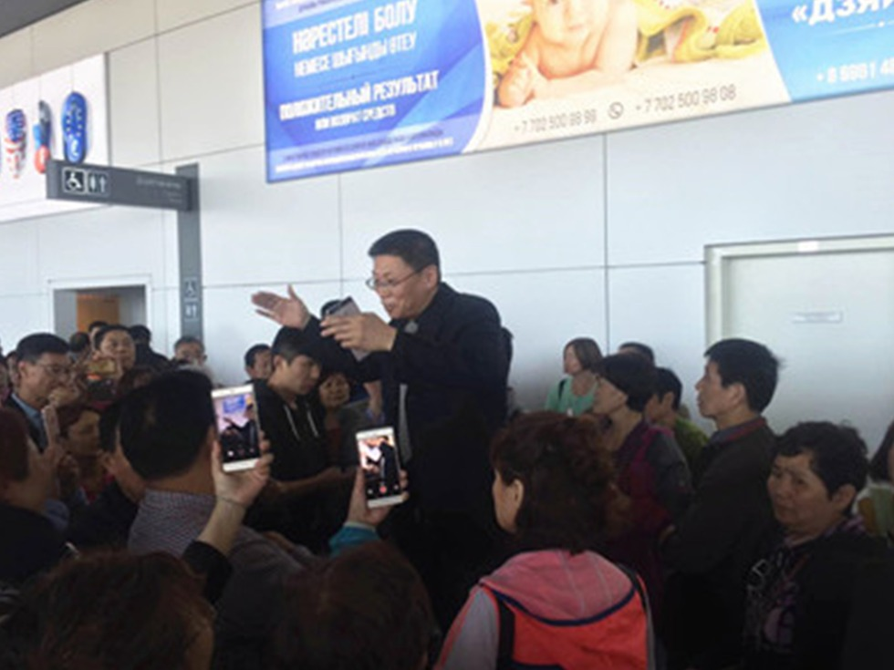 中国驻哈使馆同时与哈边检、海关及意大利Neos航空公司等方沟通交涉,要求外方迅速解决滞留中国乘客的住宿、餐饮和下一步旅程等问题。经协调,哈外交部紧急为中国旅客办理一站式出关手续,减少滞留时间。(图源:中国驻哈萨克斯坦使馆)