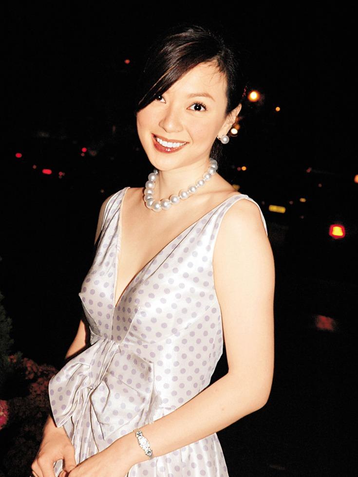 傅明宪1999年与香港上市公司海域集团主席叶剑波在美国秘密结婚,后因叶剑波涉商业罪案被判入狱,两人离婚,随后她火速搭上小她11岁的庄氏集团太子爷庄家彬,除此之外,还有周立璟、丁子高等富商、公子哥跟她关系暖昧,但到头来却沦为男人的玩物。(图源:VCG)