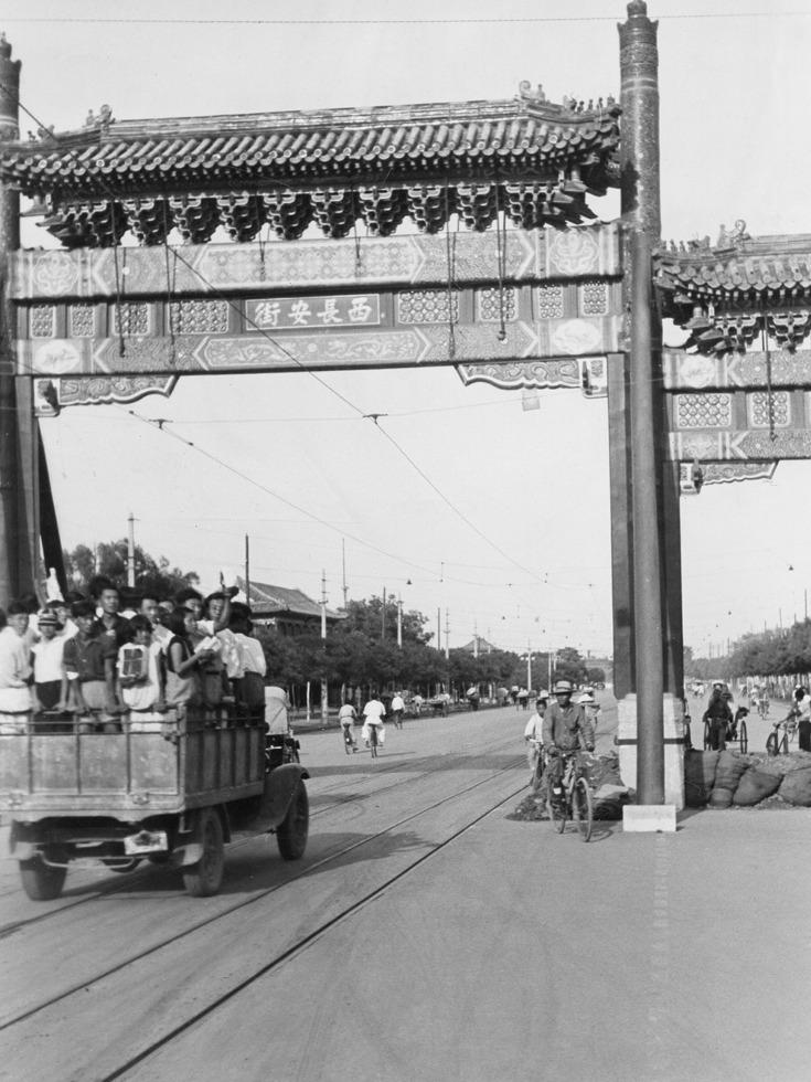 卢沟桥事变爆发后,奔赴卢沟桥欲与此桥共存亡的北平大学生。(图源:VCG)
