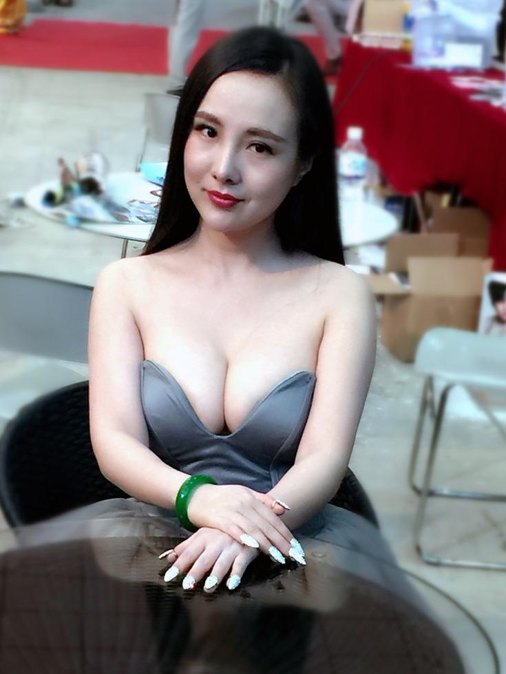 干露露终于穿衣服了深V秀事业线[图集]_娱八-多维客